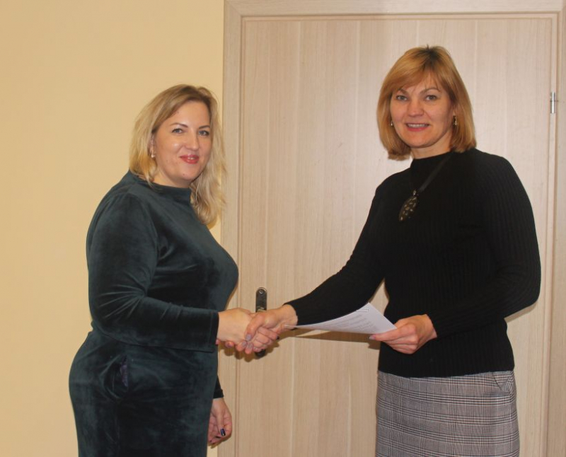 Projekto vykdymo sutartį pasirašėDzūkijos VVG pirmininkė E. Gudišauskienė ir Naujosios Kirsnos kaimo bendruomenės pirmininkė N. Apolskienė .