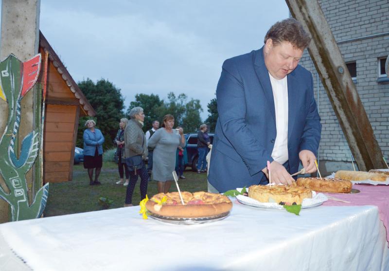 Obuolių pyragus Mikniškiuose vertino ir Vilkaviškio dekanato dekanas Virginijus Gražulevičius.