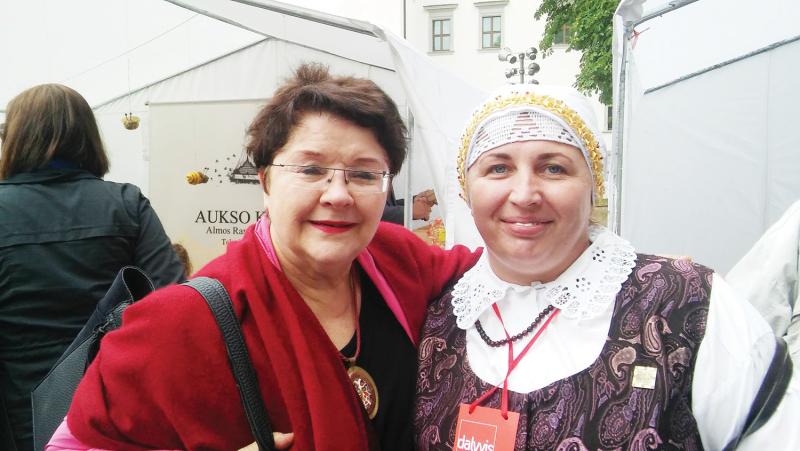 <strong>R. Janavičiūtė (dešinėje) koncertuose susipažįsta su garsiais žmonėmis. Nuotraukoje – su Zita Kelmickaite.</strong>