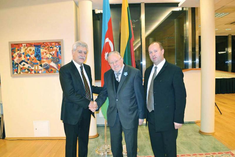 <strong>R. Lapaitis (dešinėje) su Azerbaidžano ambasadoriumi Lietuvai T. Garajevu ir profesoriumi V. Landsbergiu.</strong>